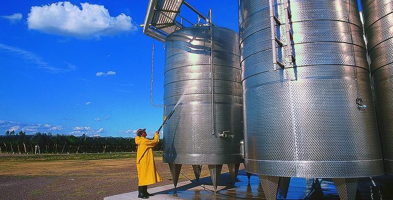 Lavando los tanques de acero inoxidable