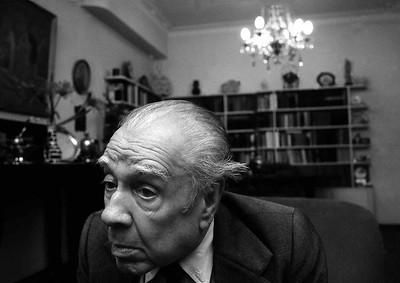 Borges en su biblioteca