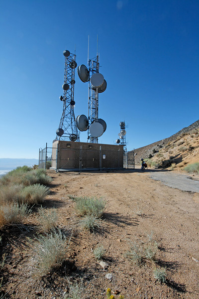 Ever wonder about this antenna array across from the Horseshow Meadows Road?<br /> <br /> I have, so I finally rode up there...