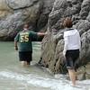 Point Lobos<br /> China Cove Beach<br /> Cliff will um die Ecke schauen<br /> Jenny folgt