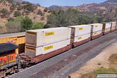 BNSF253533 passes Woodford, Mojave Sub  08/06/10