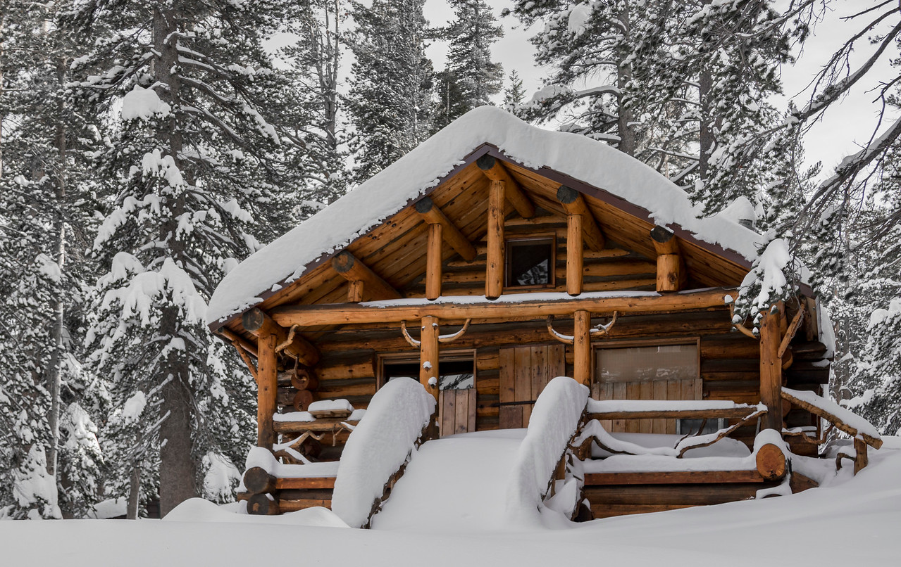 This is a cabin at Twin Lakes in Mammoth, California. (© Erica Jacques 2016)
