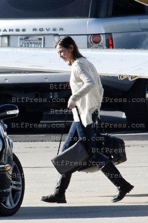 Exclusive___ Harrison Ford,Calista and Liam come back to Los Angeles after the celebration of New Year Eve in Jackson Hole (WY). After landing in Santa Monica airport Calista takes care alone of the heavy box.
