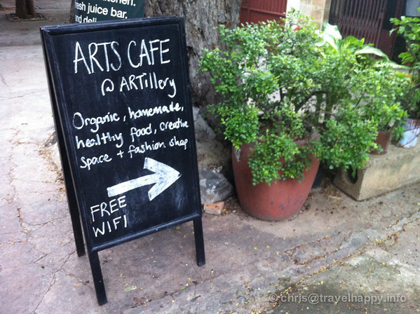 ARTillery Art Cafe sign pointing down the alleyway - easy to walk straight past it
