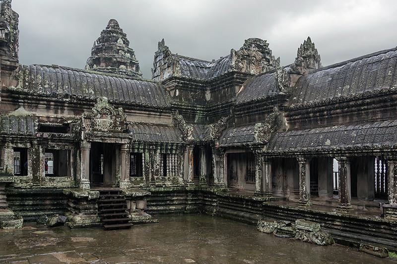 Inner-courtyard-of-Angkor-Wat-in-the-rain,-Siem-Reap,-Cambodia-sm