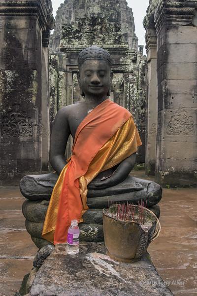 Buddha-in-the-rain,-Prasat-Bayon,-Angkor-Thom,-Siem-Reap,-Cambodia