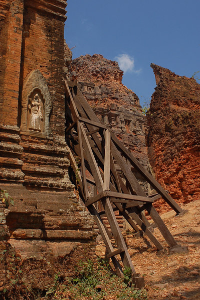 The eroding Lolei Temple