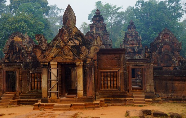 Visiting Banteay Srei early in the morning