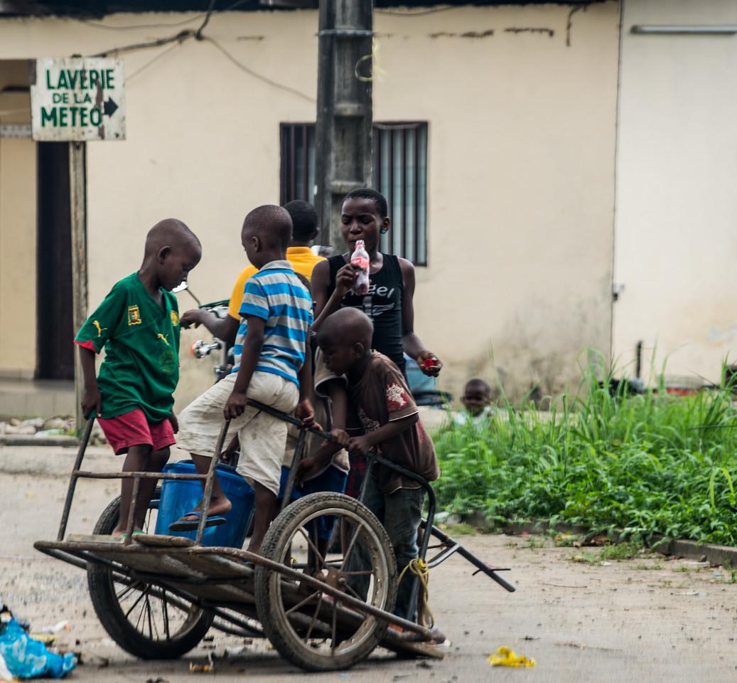 Enfants jouant dans les rues de Douala