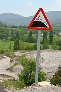 Cyclists are warned of a treacherous incline along the Camino de Santiago on the way from Zubiri to Larrosoaña.