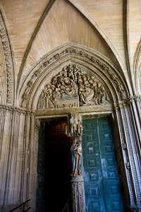 The south portal of the cloister of Pamplona's Catedrál de Santa María el Real, known as the Puerta del Amparo, depicts the Dormition of Mary.