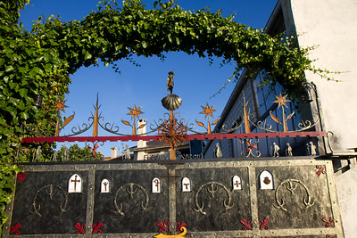 A gateway near Irache features the symbol of the shell along with a Saint James statue and other traditional pilgrim symbols.