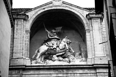 A 17th-century statue of Santiago Matamoros (Saint James the Moorslayer) stands above the portal to Iglesia de Santiago el Real.