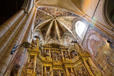 Iglesia de Santa María de la Asunción in Viana features an impressive golden retablo.