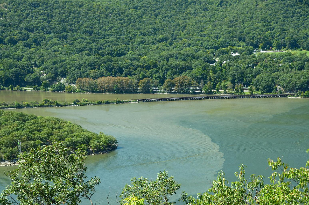 That's a long, low, wooden trestle on the other (West) side of the Hudson river. More shots to follow.