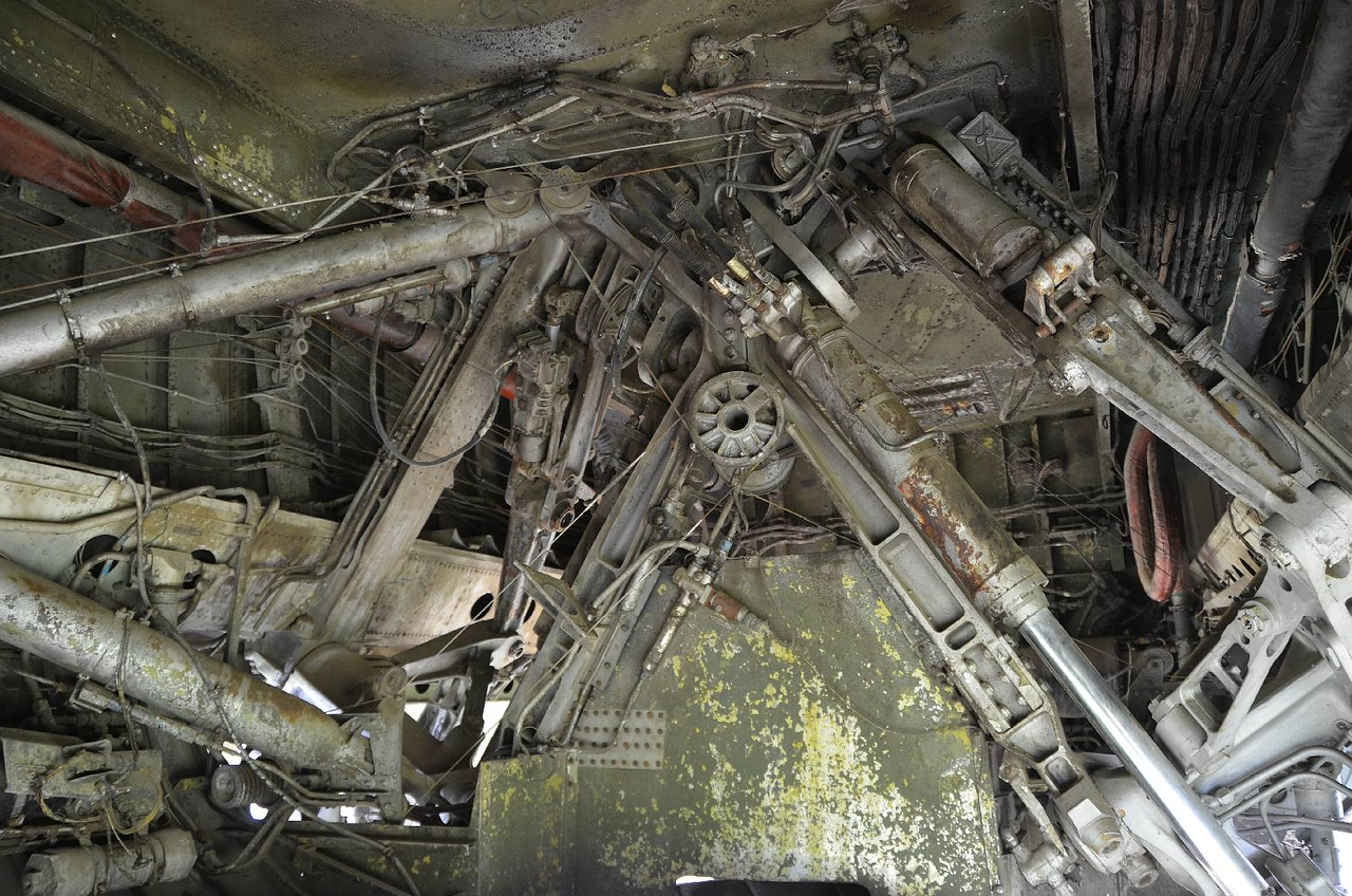 3464 - Sometime the guts are interesting too (B-52 landing gear).