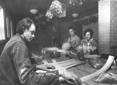 1969 Kurvverkstedet i kjelleren på Ole Bull. Bjørn Haugen, Torbjørn Ullereng, Turid Holtlund