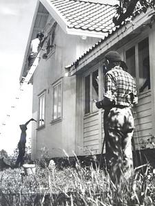 1968 Bakke hus blir malt. Nils Langeland nede , nn på stigen, Ivan Jacobsen i forgrunnen