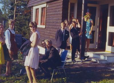 1969 Utenfor Falkberget hus. Bergljot Amundsen, Eva Næss, Turid--, Marthe Hönig, Ivan Jacobsen, Gunnar Olsen, Marianne Tellmann, Henry Falkensten, nn, nn.
