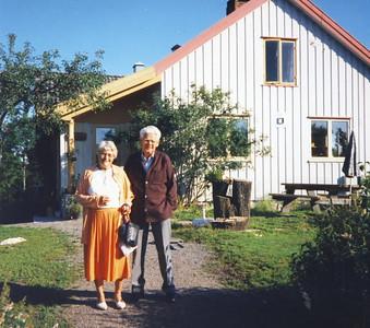 Phyllis og Ivan foran Bakke hus