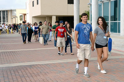 new-students-walk-to-their-next-information-session-during-new-student-orientation_24334053846_o