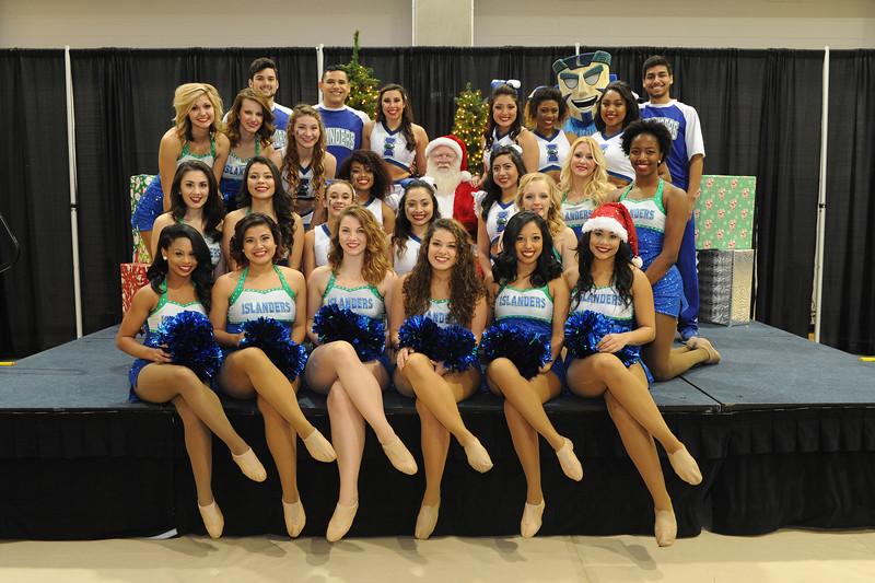 the-islander-spirit-teams-snap-a-photo-with-santa-during-the-universitys-islander-lights-celebration_15871388638_o