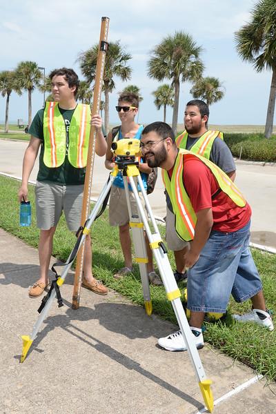 gis-students-take-surveying-measurements-at-various-campus-locations_15155578230_o