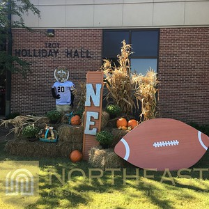 2016-09-20 FACILITIES Building Decorations for Homecoming