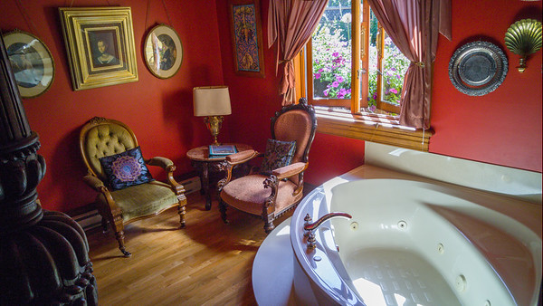 Henry VIII room, Albion Manor B & B in Victoria, BC