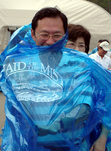 Mama helping Papa into his Maid of the Mist rain coat - Niagara Falls, ON ... June 12, 2005 ... Photo by Rob Page III