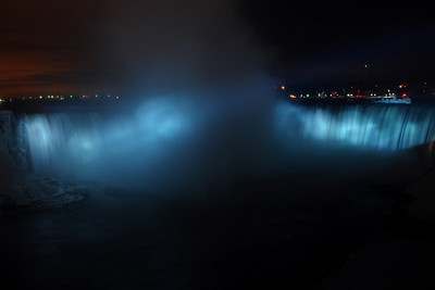Niagara Falls at night - Niagara Falls, ON ... December 22, 2008 ... Photo y Rob Page III