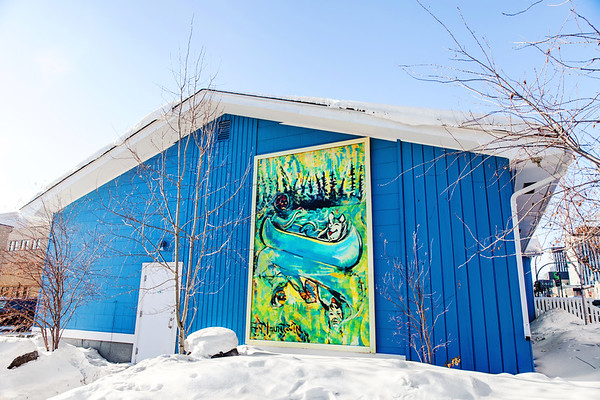Building and piece of art in Yellowknife / Bâtiment et œuvre d'art à Yellowknife