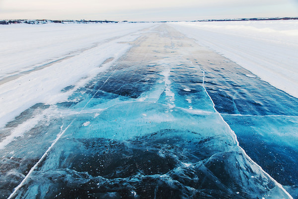 The Dettah Ice Road in Yellowknife crossing Great Slave Lake / La route de glace de Dettah à Yellowknife traversant le Grand lac des Esclaves