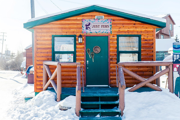 Just Furs shop in Yellowknife / Le magasin Just Furs à Yellowknife