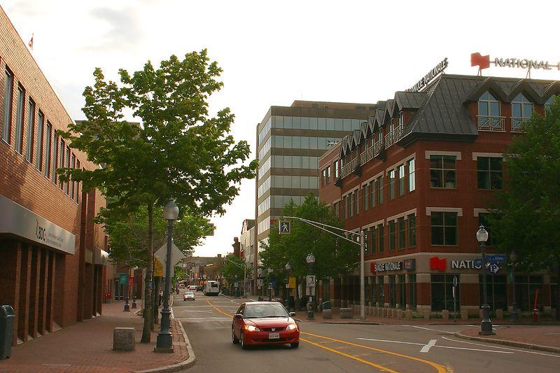 rue Main à Moncton un dimanche (le grand immeuble moderne abrite le Consulat)