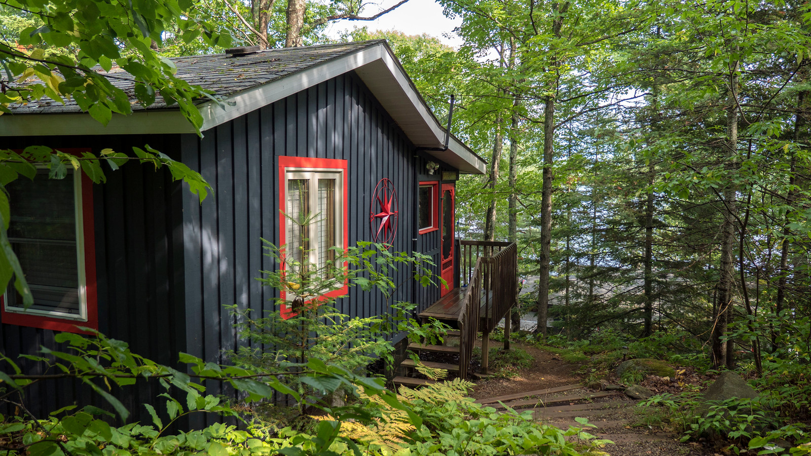 Quiet cottage in Muskoka, Dorest, Ontario, Canada. Cabin by the lake.