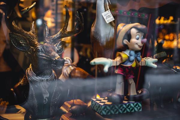 Window display in Old Quebec City / Vitrine d'une boutique de souvenirs du Vieux-Québec