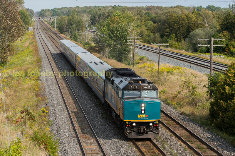 VIA RAILS F40 6419 SPEEDS PAST OUR VANTAGE POINT ON THE KINGSTON  SUB WITH THE DAILY 1055HRS MONTREAL- TORONTO SERVICE FRI 15-09-17