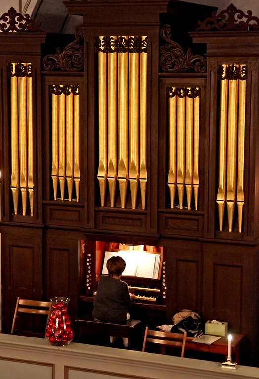 """. Playing a prelude of Holiday Selections on the organ is Lois Toeppner, for the Candlelight Vespers event \""""Bringing Christmas Home\"""" at the Shirley Meeting House on Sunday. Nashoba Valley Voice/David H. Brow"""