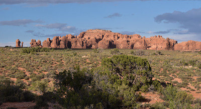 As Brizfam arrived very late Sunday night, much of Monday was a recovery day.  In the evening, we drove out to Arches Nat'l Park to get some evening lighting.