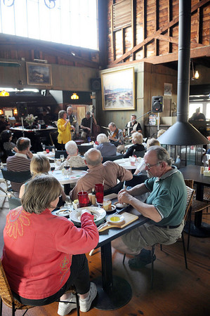 Customers enjoy a meal and some jazz music by Barbara and Al Boudreau Jazz Quartet with friends right,Dodie Gibbons Pomeroy,and Ann and Jim Leonard Sunday May 24,2009 at the Studio on Rocky Neck. Desi Smith Photo