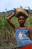 Jeune fille sur un chemin de la Ribeira de Paul. Ile de Santo Antao/Cap-Vert