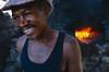Ouvrier dans une distillerie de grogue (eau-de-vie locale apparentée au rhum) à Aguas Verdes. Ile de Sao Tiago/Cap-Vert