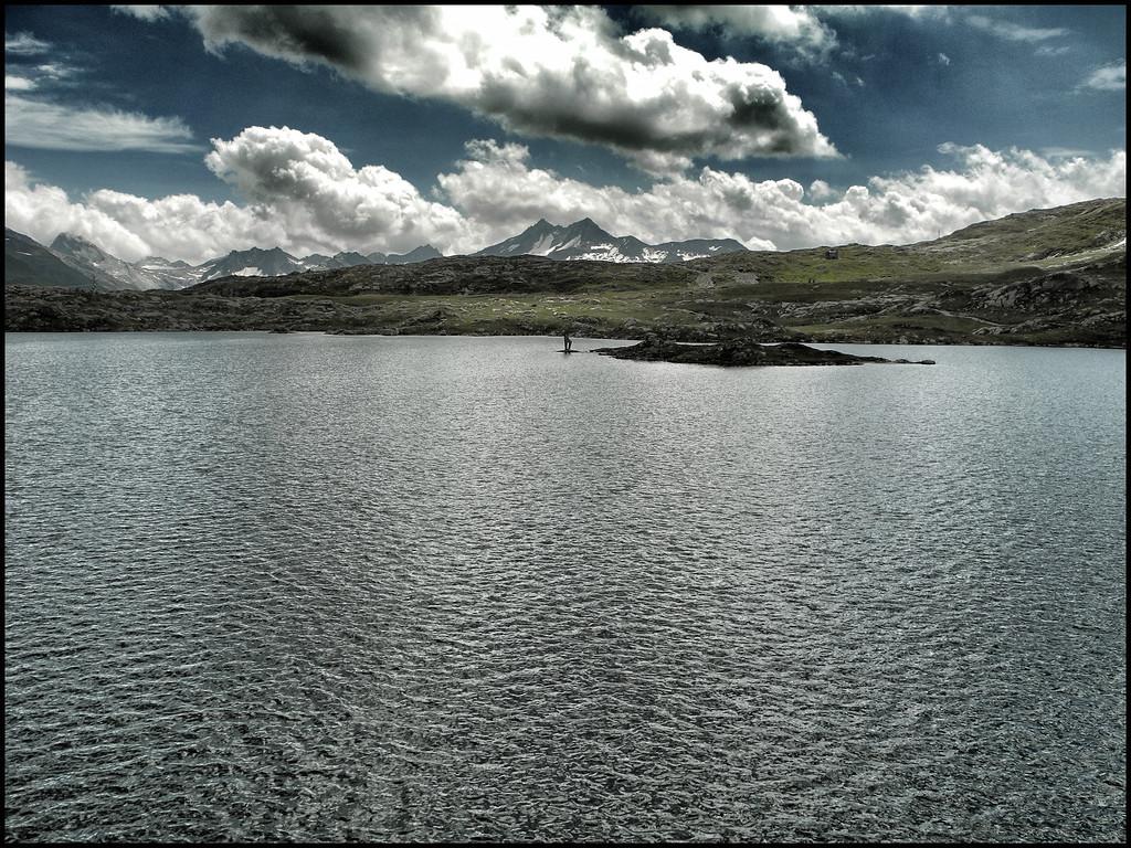 Jeudi 2 août 2012. Col du Grimsel. Le lac au sommet du col.