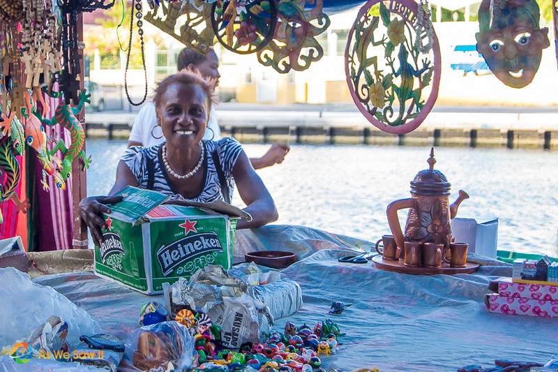 This smiling woman, holding a Heineken box behind a table, left us with good impressions of Curacao