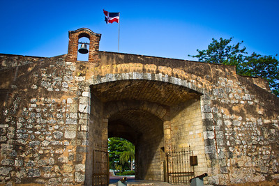 Puerta El Conde (Gate of the Count), named for the Count of Peñalva, the Captain General who repelled the English in 1655.  Also where the founders of the Republic declared independence from Haiti on 27 February 1844.