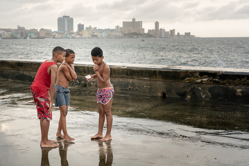 Kids paying on the Malecón.