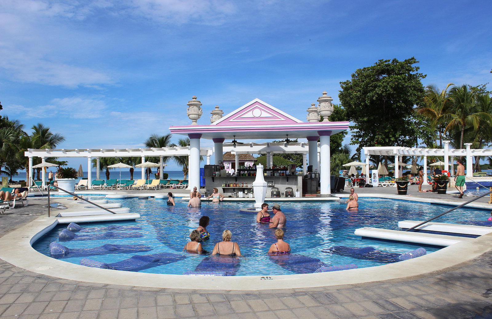 Hotel Riu Palace Tropical Bay Negril Jamaica: Swimming pools and swim up bar