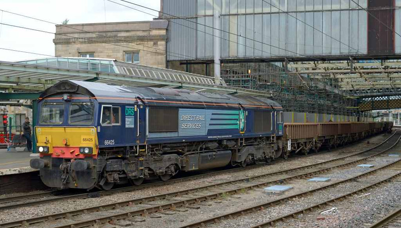 66425, 6K05, Carlisle Citadel, Wed 6 July 2016 - 1125.  DRS's 1043 Carlisle yard - Basford Hall departmental.  66425 is one of the last three 66/4s to retain the original compass livery.