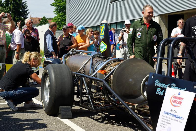 Bob Feeler en Vert et son dragster. Réacteur de chasseur americain F5. 6000 chevaux, 500 kg, accélération de 5G. 400m départ arrêté en 6s (485 km/h).